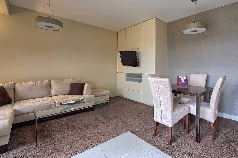 Salon z tv i kominkiem w apartamencie Residence Szymoszkowa