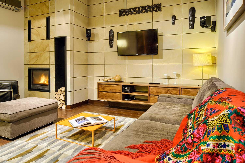 Salon przestronny nowoczesny z kanapa i tv