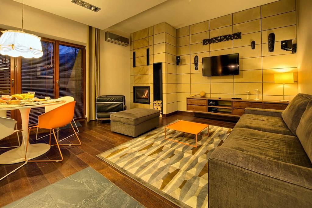 pięknie urządzony salon z kominkiem w apartamencie Adriatyk Szymoszkowa